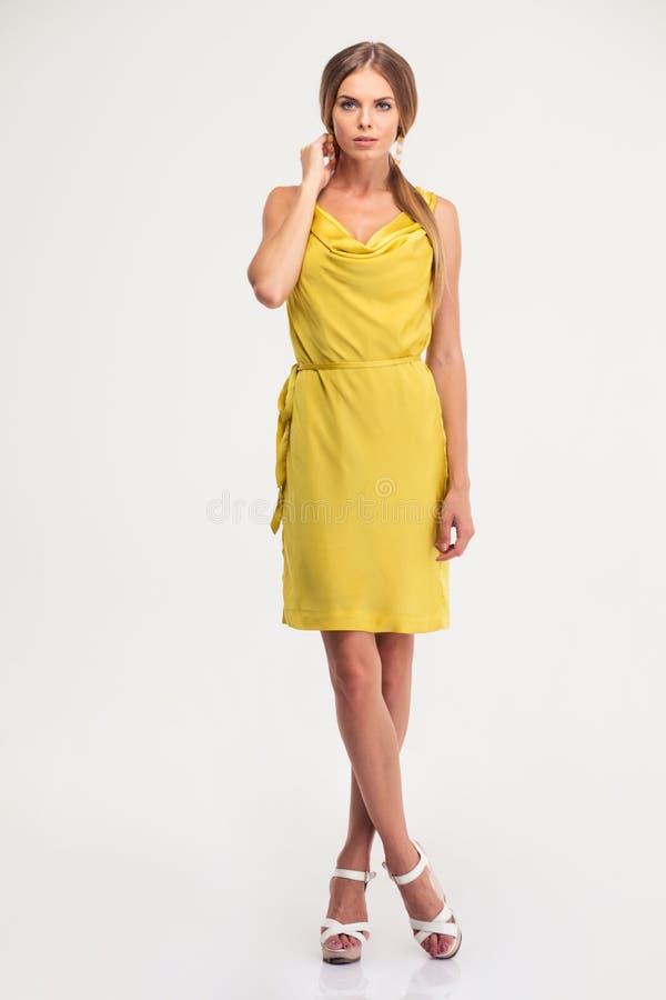 Retrato completo do comprimento de uma mulher encantador no vestido da forma imagens de stock