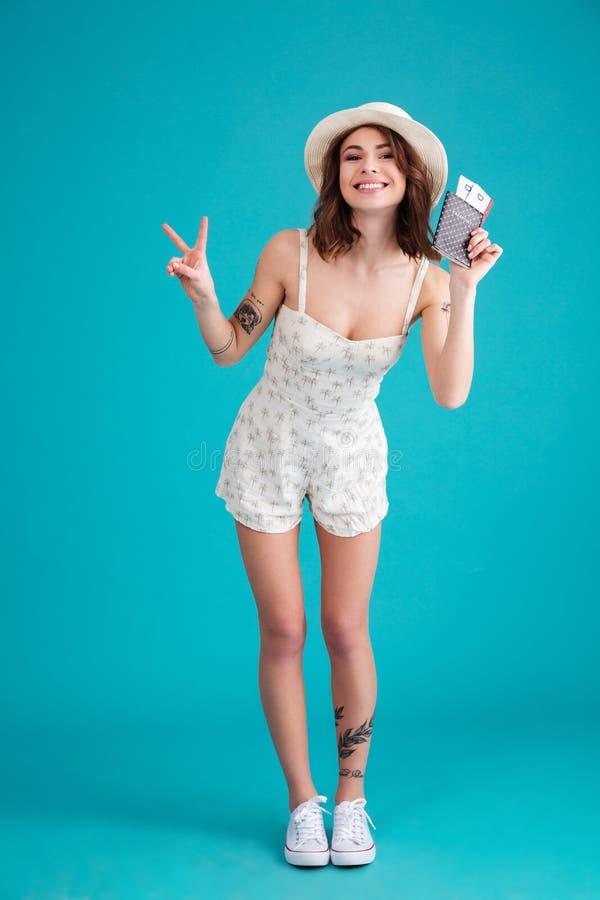 Retrato completo do comprimento de uma mulher nova satisfeita feliz do viajante foto de stock