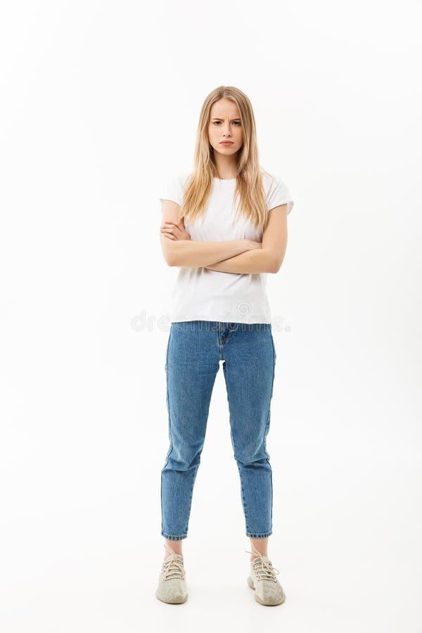 Retrato completo do comprimento de uma virada vestindo de brim e de vista da mulher caucasiano consideravelmente nova com seus br foto de stock