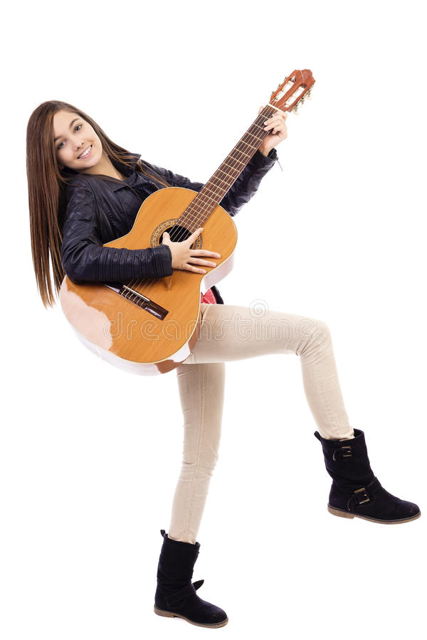 Retrato completo do comprimento do adolescente feliz que joga a guitarra fotos de stock royalty free