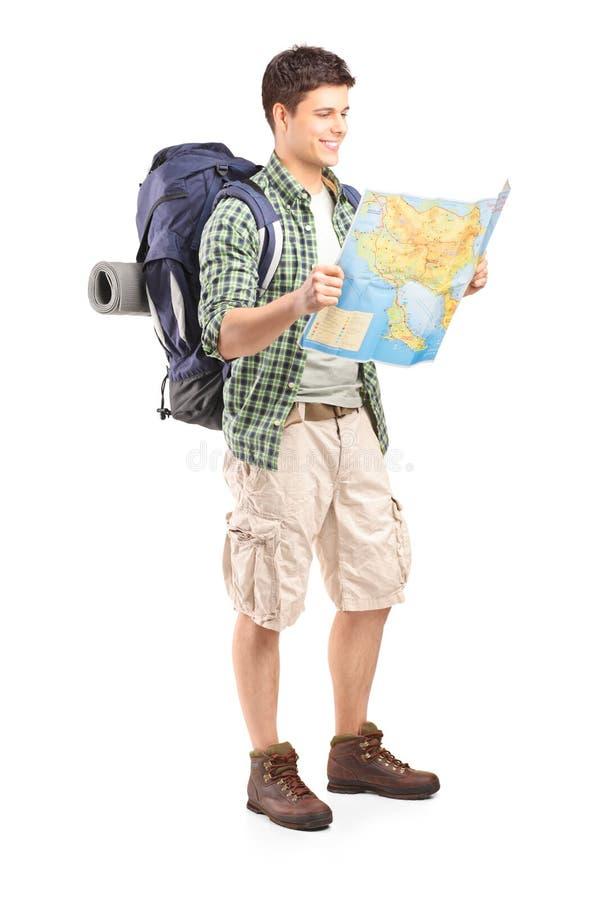 Retrato completo do comprimento do caminhante masculino que olha o mapa fotos de stock royalty free