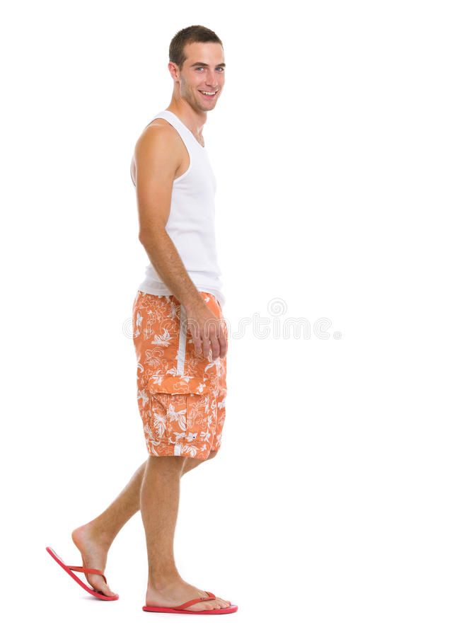 Retrato completo do comprimento do homem feliz que vai lateralmente fotografia de stock