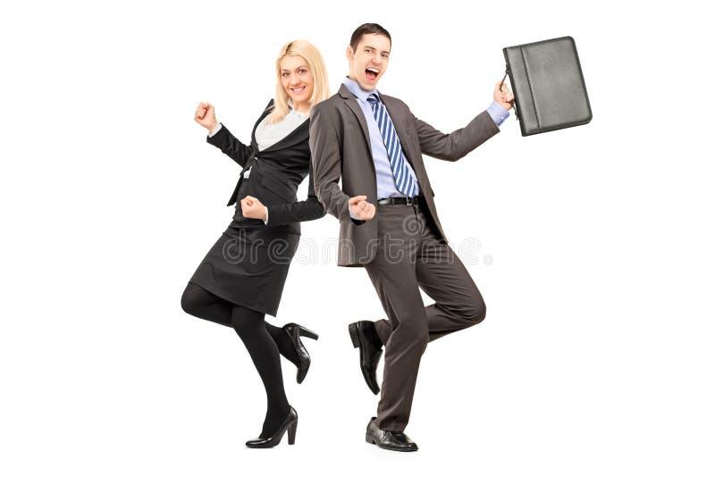 Retrato completo do comprimento dos empresários felizes que comemoram o succe imagem de stock