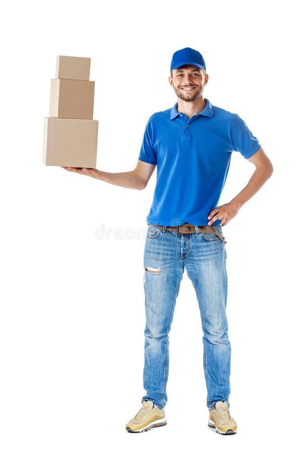 Retrato completo do comprimento do homem de entrega de sorriso que guarda a pilha do carro fotografia de stock