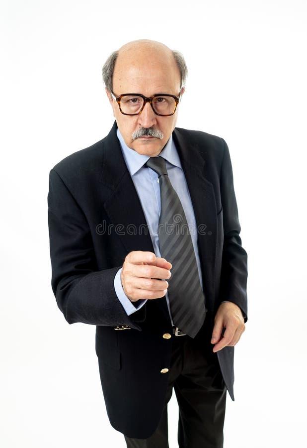 Retrato completo do comprimento do homem de negócios velho feliz e que faz os gestos engraçados cômicos que têm uma ideia fotografia de stock royalty free