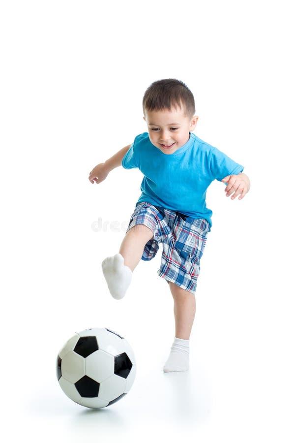 Retrato completo do comprimento do menino da criança que joga com a bola de futebol isolada no fundo branco foto de stock