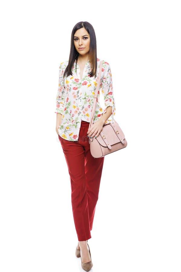 Retrato completo do comprimento do modelo fêmea bonito na coleção da roupa ocasional no fundo branco foto de stock royalty free