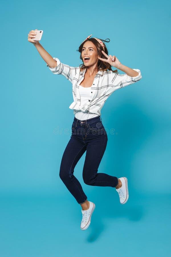 Retrato completo do comprimento do smil vestindo alegre da faixa da mulher 20s imagem de stock