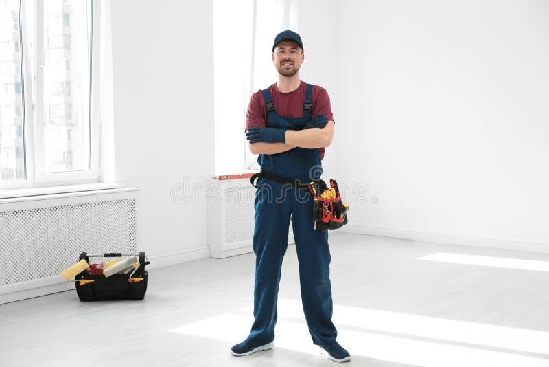 Retrato completo do comprimento do trabalhador da construção profissional com correia da ferramenta fotos de stock