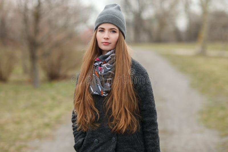 Retrato completo do estilo de vida do comprimento da mulher adulta nova e bonita com o cabelo longo lindo que levanta no parque d fotografia de stock royalty free
