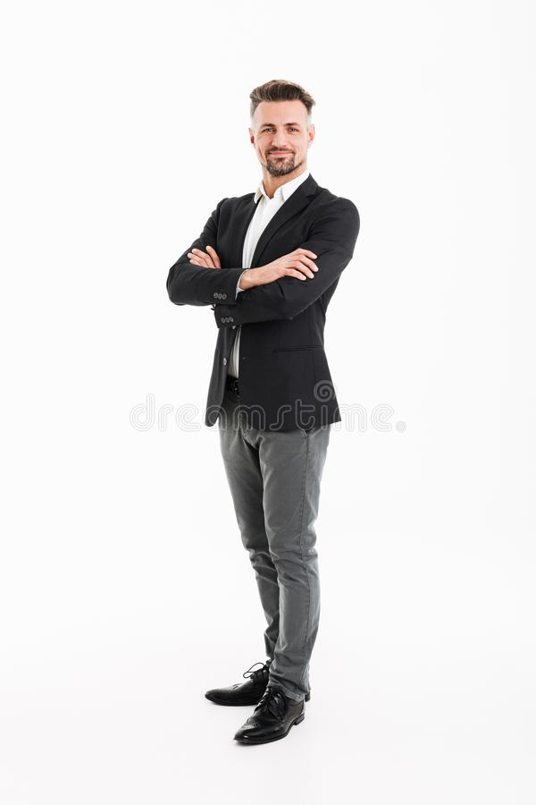 Retrato completo do homem de negócios considerável no terno que levanta em c fotografia de stock royalty free