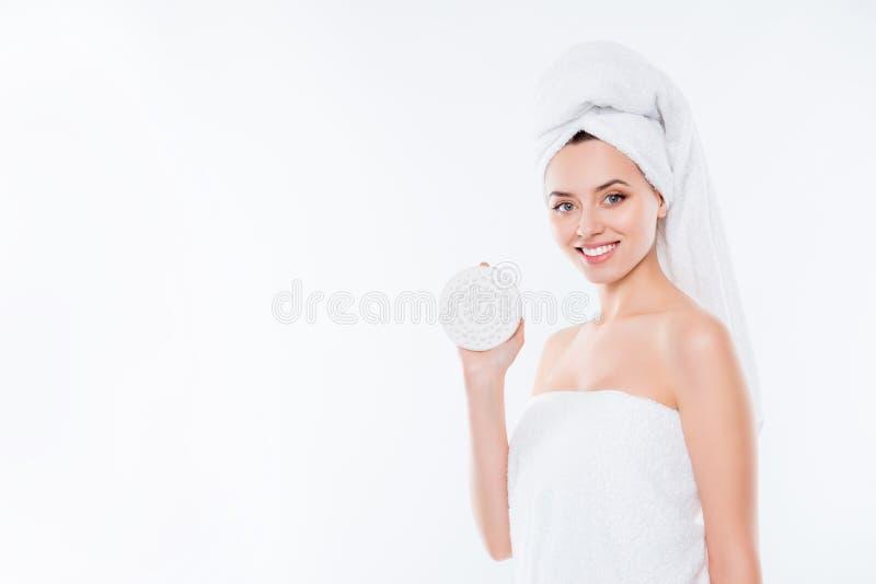 Retrato con el espacio de la copia de la muchacha bastante encantadora en toalla con t fotografía de archivo