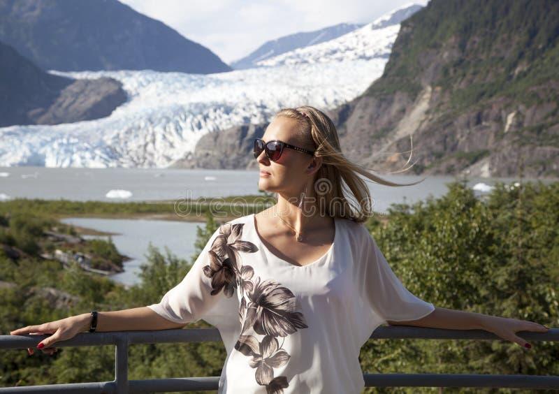 Retrato con el glaciar fotografía de archivo libre de regalías