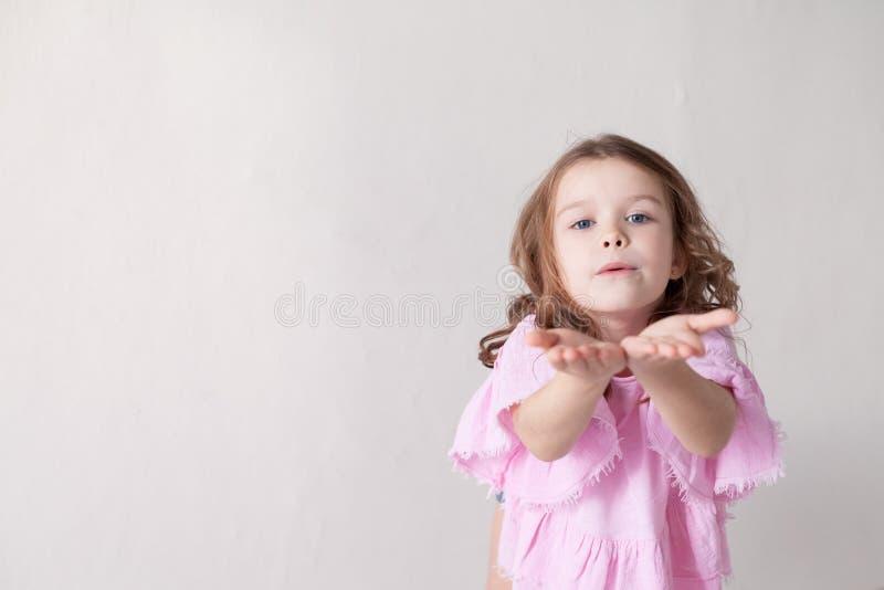 Retrato con las muchachas de moda hermosas en el cuarto de los niños caseros imagen de archivo