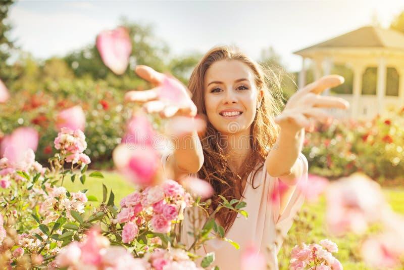 Retrato con las rosas foto de archivo