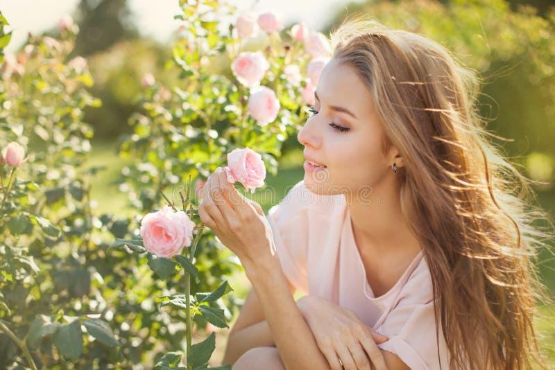 Retrato con las rosas imagenes de archivo