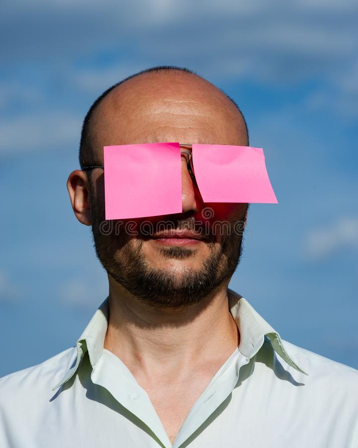 Retrato conceptual de un hombre de negocios en las gafas de sol modernas pegadas imagen de archivo