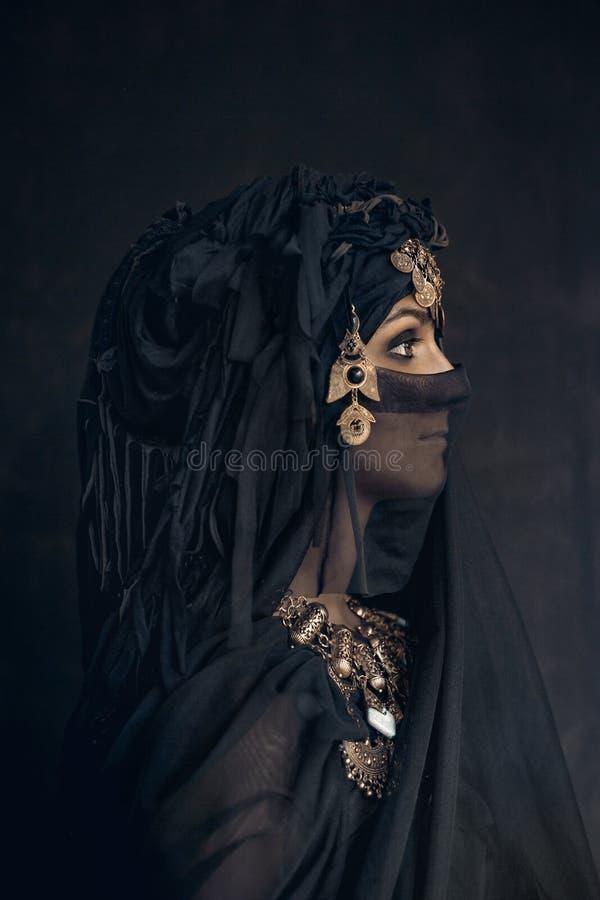 Retrato conceptual do traje oriental da princesa da mulher fotos de stock royalty free