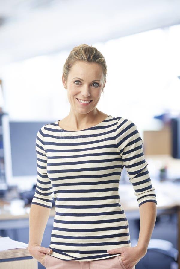 Retrato confiável da mulher de negócios imagem de stock