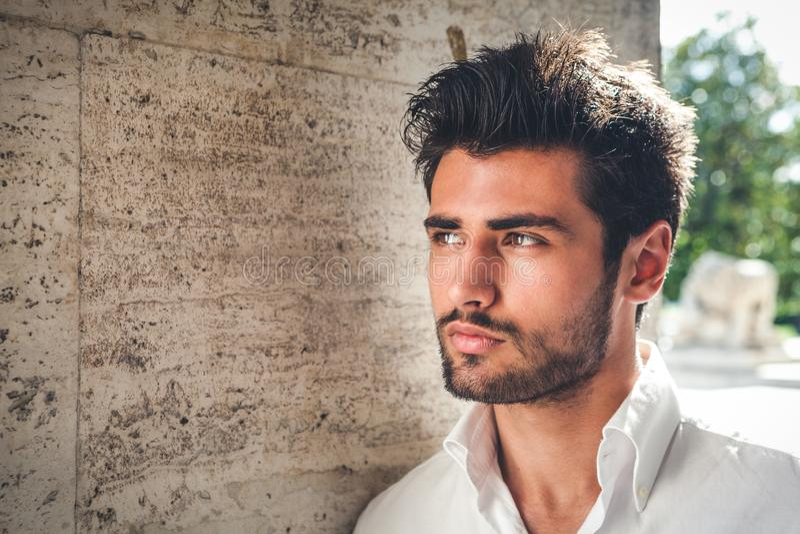 Retrato considerável do homem novo Olhar intenso e beleza atraente fotos de stock