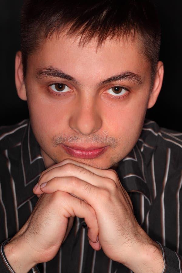 Retrato considerável do homem novo sobre o preto imagem de stock royalty free