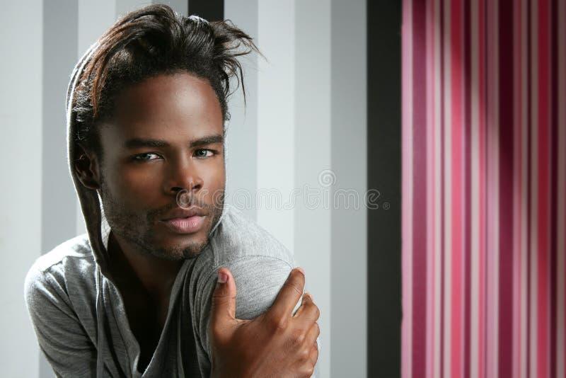 Retrato considerável novo do homem do americano africano fotografia de stock