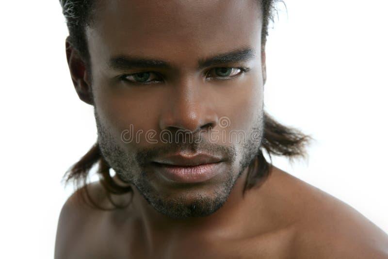 Retrato considerável novo do homem do americano africano imagens de stock