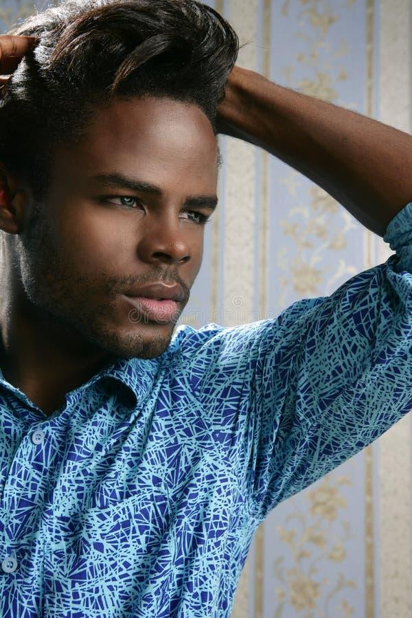 Retrato considerável novo do homem do americano africano fotos de stock royalty free
