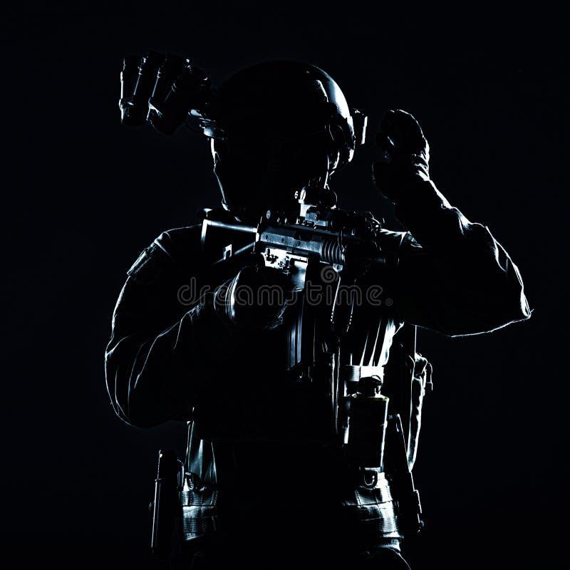 Retrato contrario del estudio del soldado del miembro de equipo del terrorista imagen de archivo