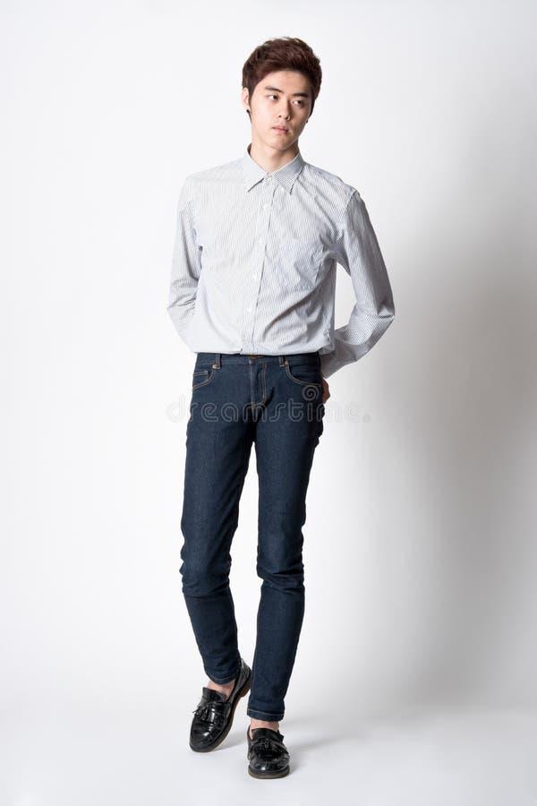 Retrato coreano asiático do leste do estúdio do homem novo imagens de stock royalty free