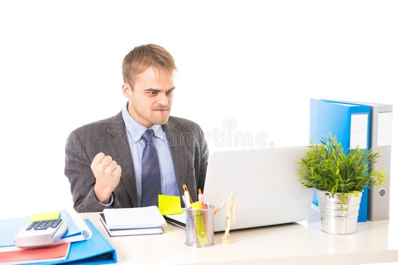 Retrato corporativo del hombre de negocios atractivo joven que gesticula y que celebra el éxito empresarial emocionado imagen de archivo libre de regalías