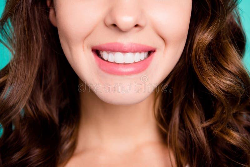 Retrato cosechado de la opinión del primer de la muchacha de pelo ondulado sonriente alegre alegre blanca perfecta sana atractiva fotografía de archivo