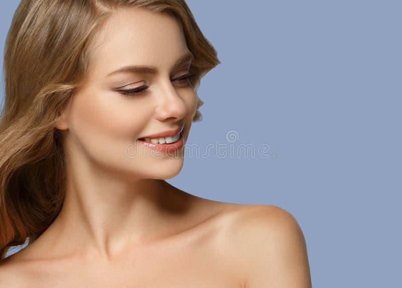 Retrato cosmético de la belleza del primer de la mujer Sobre fondo azul del color imagen de archivo
