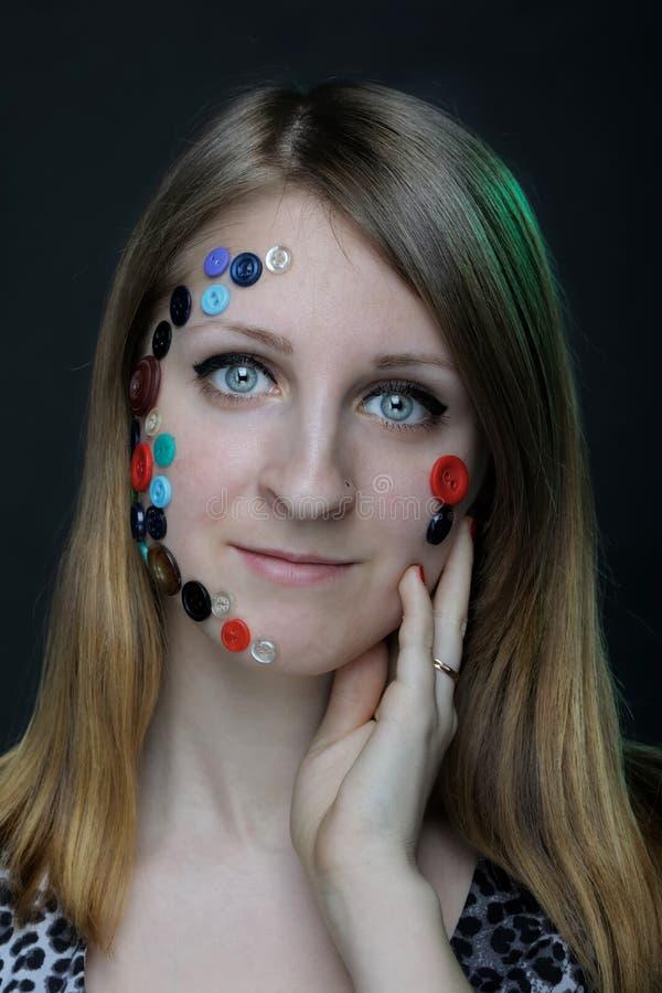 Retrato creativo de la muchacha con los botones imagenes de archivo