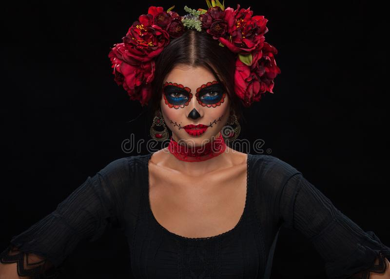 Retrato criativo de Sugar Skull no fundo escuro com copyspa imagens de stock