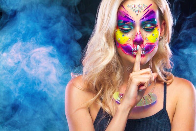 Retrato criativo de Sugar Skull no fundo escuro com copyspace Composição de néon para o feriado de Dia das Bruxas ou de Dia De Me fotografia de stock