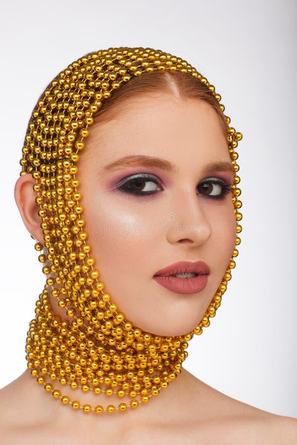 Retrato criativo de uma mulher interessante em um estilo incomum usando o chaplet Sess?o de foto do est?dio imagens de stock royalty free