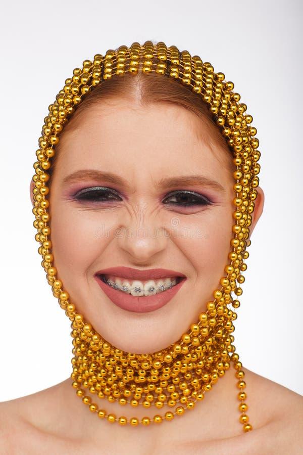 Retrato criativo de uma mulher interessante em um estilo incomum usando o chaplet Sess?o de foto do est?dio fotografia de stock royalty free