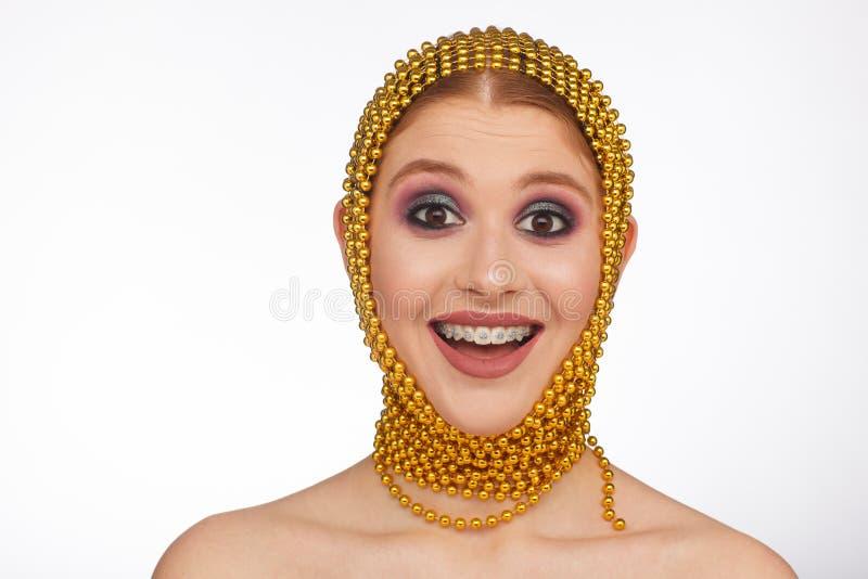 Retrato criativo de uma mulher interessante em um estilo incomum usando o chaplet Sess?o de foto do est?dio fotos de stock