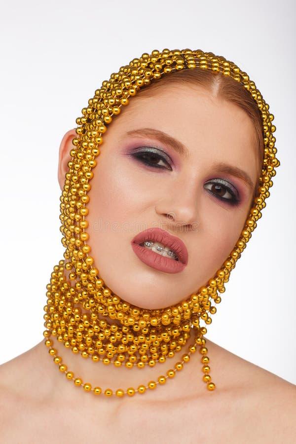 Retrato criativo de uma mulher interessante em um estilo incomum usando o chaplet Sess?o de foto do est?dio fotos de stock royalty free