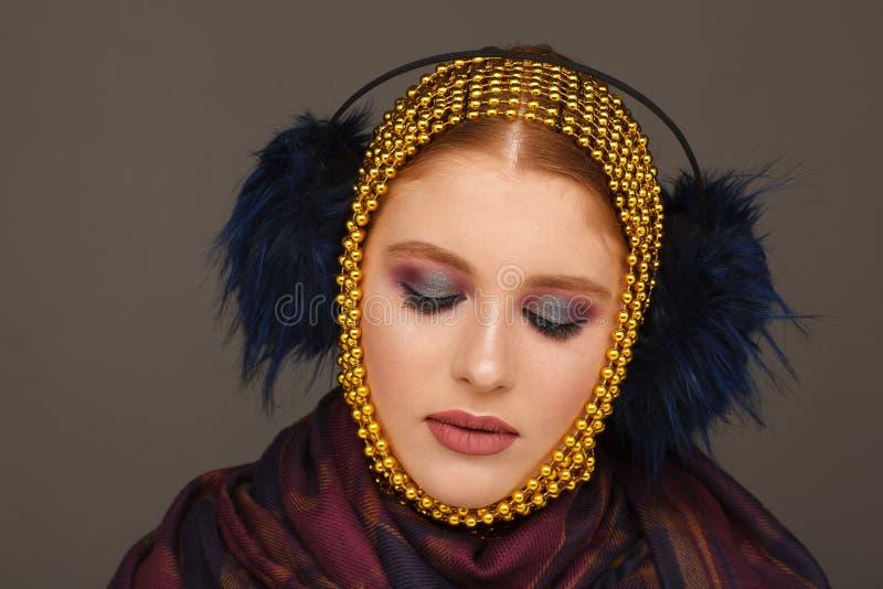 Retrato criativo de uma mulher interessante em um estilo incomum usando o chaplet Sess?o de foto do est?dio foto de stock royalty free