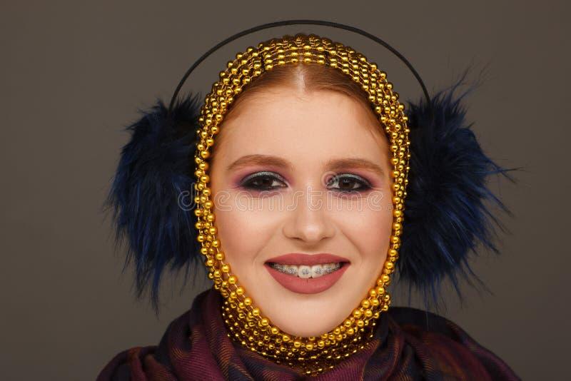 Retrato criativo de uma mulher interessante em um estilo incomum usando o chaplet Sess?o de foto do est?dio fotografia de stock
