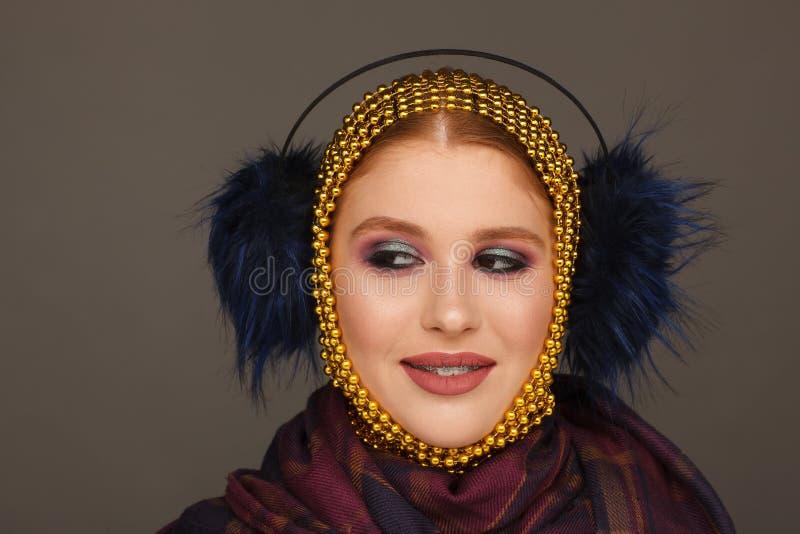 Retrato criativo de uma mulher interessante em um estilo incomum usando o chaplet Sess?o de foto do est?dio foto de stock