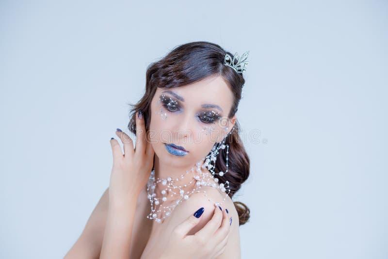 Retrato criativo, incomum do close up da rainha da neve r A cara da menina bonita perfeita Bonito fotografia de stock