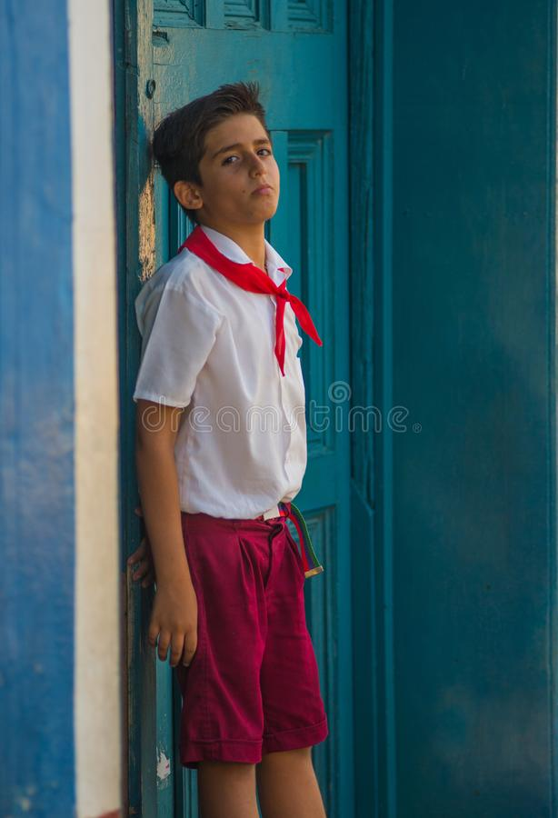 Retrato cubano pobre da captação do estudante na aleia colonial tradicional com cicatriz vermelha, em Havana velho, Cuba, América imagens de stock