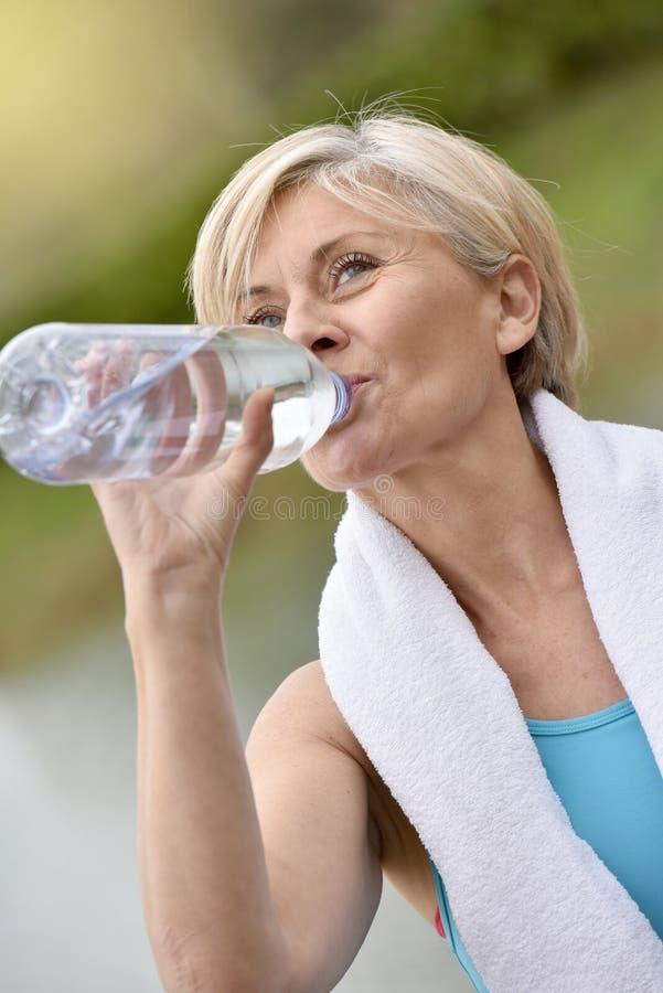 Retrato da água potável superior da mulher imagem de stock royalty free