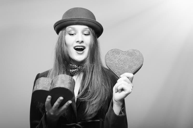Retrato da abertura bonita romântica da jovem senhora imagens de stock