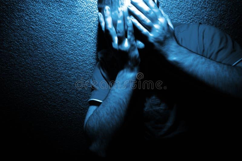 Retrato da angústia no azul imagens de stock