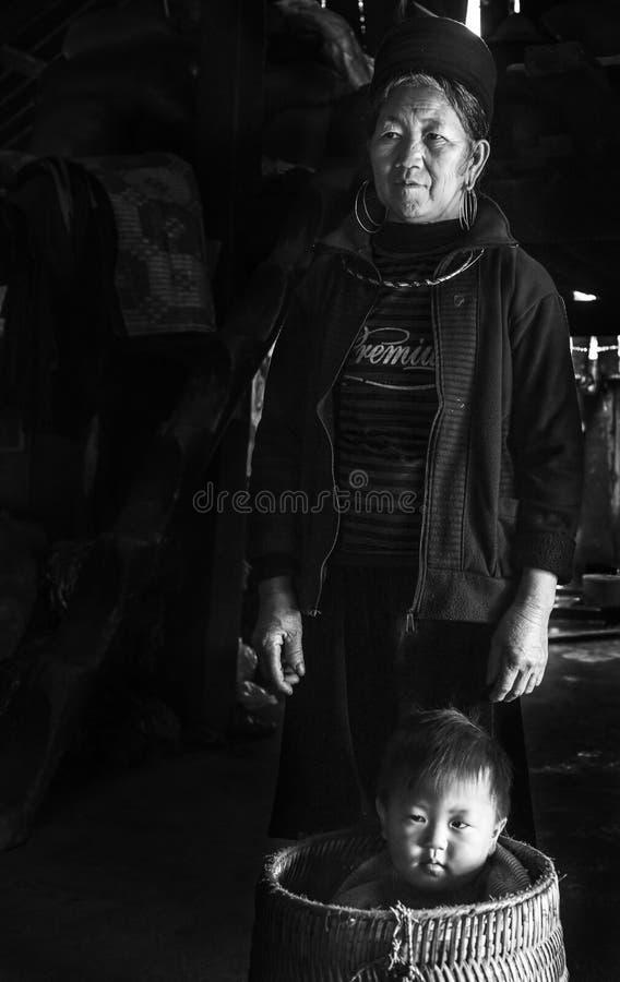 Retrato da avó do tribo de Hmong e do seu neto em sua casa tradicional em Sapa, Vietname foto de stock royalty free