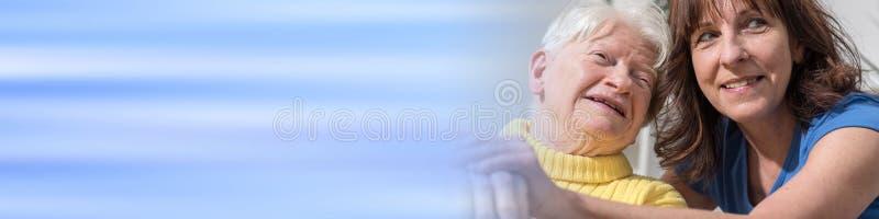 Retrato da avó feliz com sua filha fotos de stock royalty free